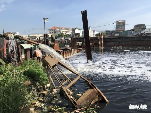 Công trình chống ngập lại gây ngập, quận 8 hai lần đề nghị ngưng làm - Ảnh 2.