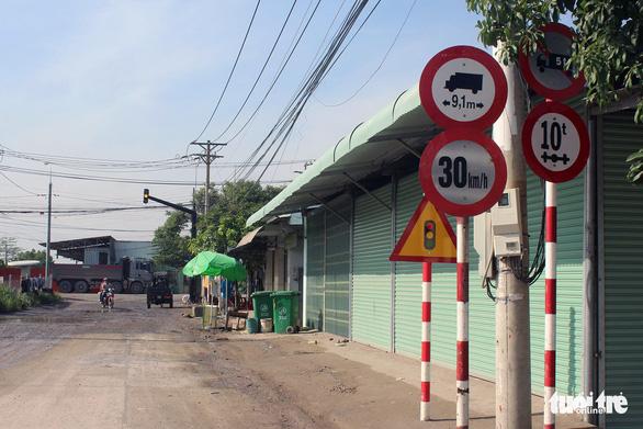 Xe ben vượt đường cấm, dân Tân Cang lập rào chắn ngang đường - Ảnh 3.