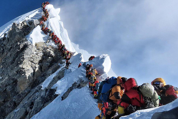 Hai người chết vì xếp hàng chờ trên đỉnh núi Everest? - Ảnh 1.