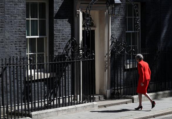 Thủ tướng Anh rơi lệ khi thông báo từ chức lãnh đạo Đảng Bảo thủ - Ảnh 2.