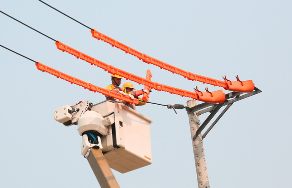 Điện Mông Dương bị sét đánh, TP.HCM mất điện nhiều nơi ở 14 quận huyện - Ảnh 1.