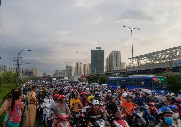 Xe container tông chết người qua đường, xa lộ Hà Nội kẹt cứng - Ảnh 2.