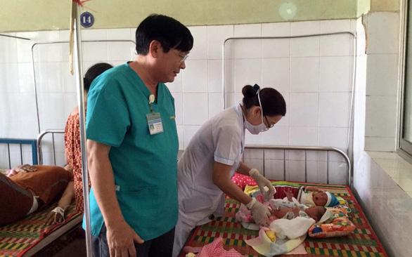 Sản phụ nghèo mang song thai mẹ tròn con vuông - Ảnh 1.