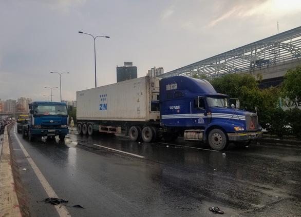 Xe container tông chết người qua đường, xa lộ Hà Nội kẹt cứng - Ảnh 1.