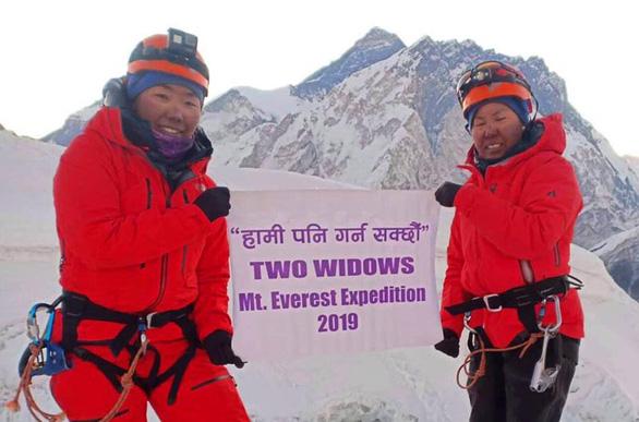 Hai góa phụ chinh phục Everest để truyền cảm hứng sống - Ảnh 1.