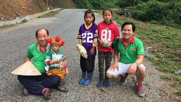 Một người Hàn đi bộ khắp Việt Nam tặng học bổng cho trẻ em nghèo - Ảnh 1.