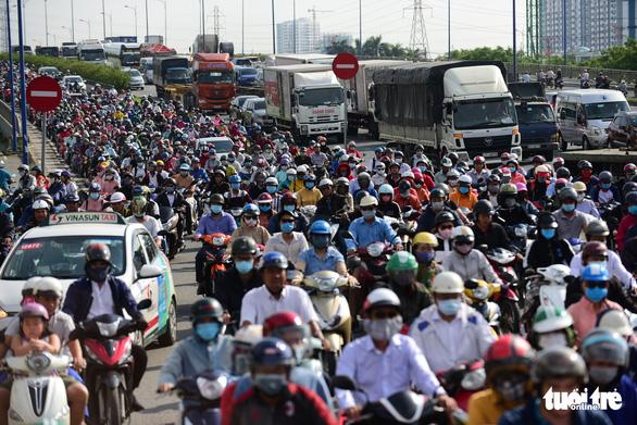 6 vấn nạn tồn tại khiến giao thông TP.HCM tắc nghẽn - Ảnh 1.