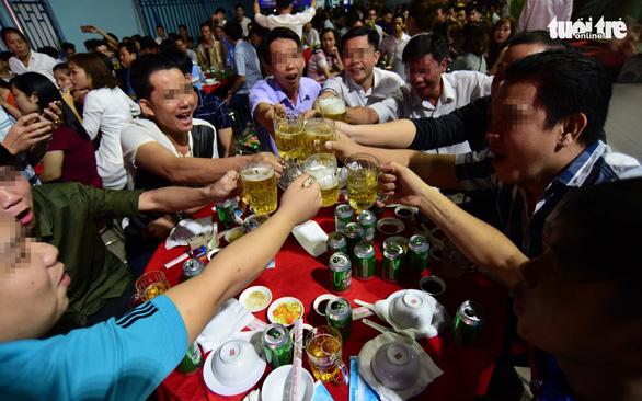 Phòng chống tác hại rượu bia: Càng bàn càng... lùi - Ảnh 1.