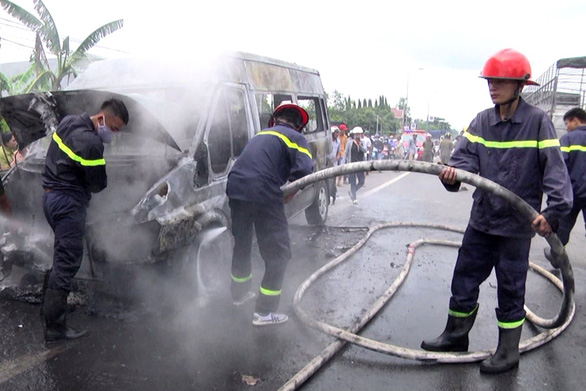 Xe khách đang chạy cháy ngùn ngụt, bé trai 14 tuổi chết thảm - Ảnh 4.
