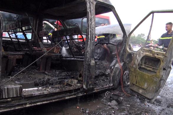 Xe khách đang chạy cháy ngùn ngụt, bé trai 14 tuổi chết thảm - Ảnh 5.