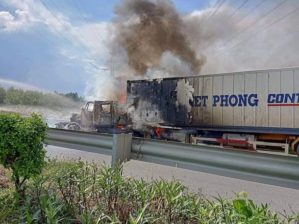 Xe container cháy ngùn ngụt trên cao tốc TP.HCM - Long Thành - Dầu Giây - Ảnh 1.
