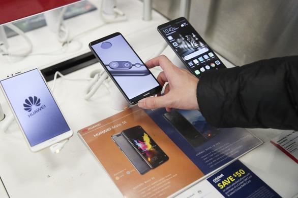 Dân Anh cũng bán tháo điện thoại Huawei sau lệnh cấm của Mỹ - Ảnh 1.