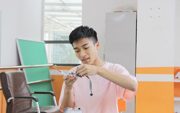 Học sinh lớp 11 chế tạo robot phát thuốc - Ảnh 1.
