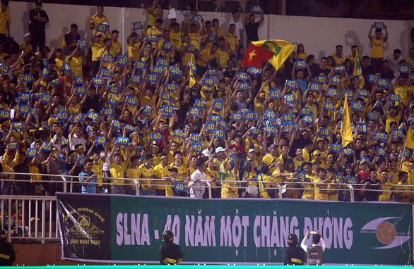 HLV Chung Hae Soung toát mồ hôi khi CLB TP.HCM bị SLNA dồn ép suốt hiệp 2 - Ảnh 2.