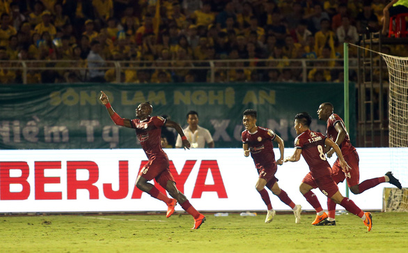 HLV Chung Hae Soung toát mồ hôi khi CLB TP.HCM bị SLNA dồn ép suốt hiệp 2 - Ảnh 1.