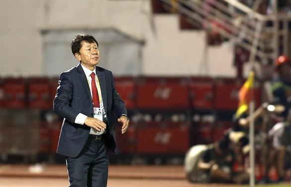 HLV Chung Hae Soung toát mồ hôi khi CLB TP.HCM bị SLNA dồn ép suốt hiệp 2 - Ảnh 3.