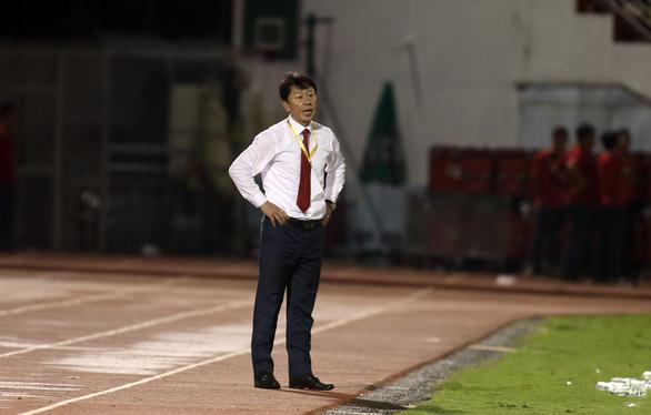 HLV Chung Hae Soung toát mồ hôi khi CLB TP.HCM bị SLNA dồn ép suốt hiệp 2 - Ảnh 4.