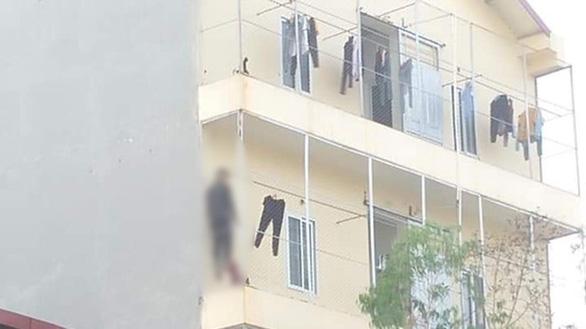 Nam công nhân treo cổ ở hành lang, vào phòng thấy thêm cô gái tử vong - Ảnh 1.