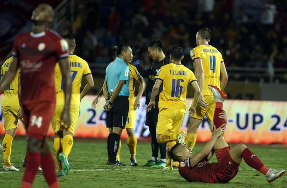 Vòng 11 V-League 2019: Lại tranh cãi về trọng tài - Ảnh 1.