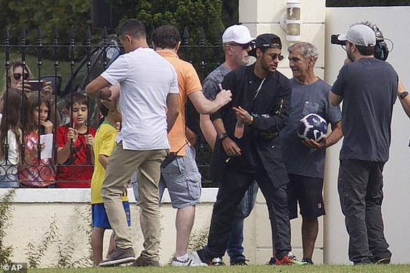 Neymar đi trực thăng đến tập trung cùng tuyển Brazil - Ảnh 1.