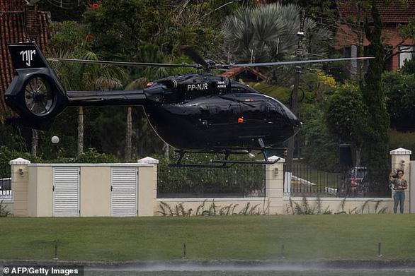 Neymar đi trực thăng đến tập trung cùng tuyển Brazil - Ảnh 2.