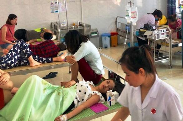 50 du khách nhập viện vì ngộ độc thực phẩm - Ảnh 1.