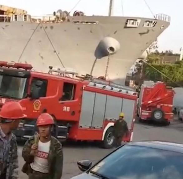 Tàu hàng Trung Quốc nổ tại cảng, ít nhất 10 người thiệt mạng - Ảnh 1.