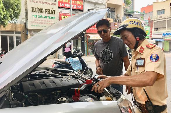 Nhóm tài xế Sài Gòn dễ thương chuyên kích bình ăcquy ôtô miễn phí - Ảnh 1.