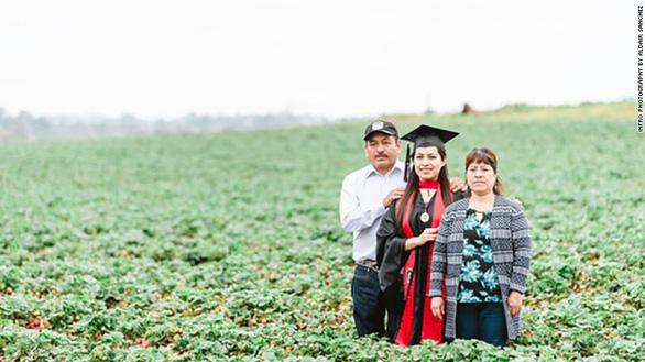 Ngày tốt nghiệp, con gái chụp ảnh với cha mẹ làm thuê trên đồng cà chua - Ảnh 1.