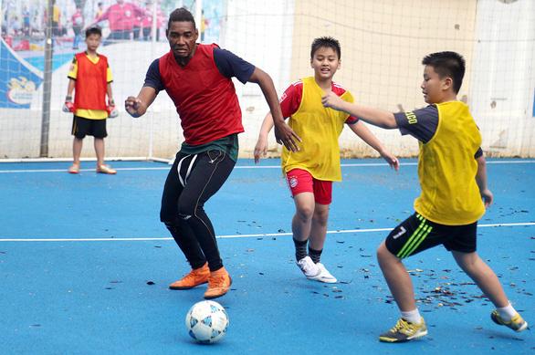Bóng đá học đường quận 6  thuê HLV người Brazil - Ảnh 1.