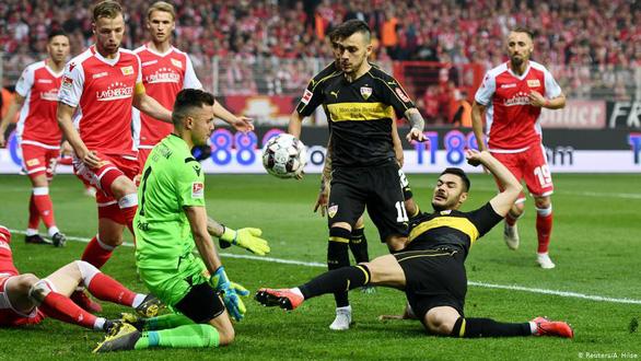 Đội đàn em giật chỗ của đàn anh ở Bundesliga - Ảnh 1.