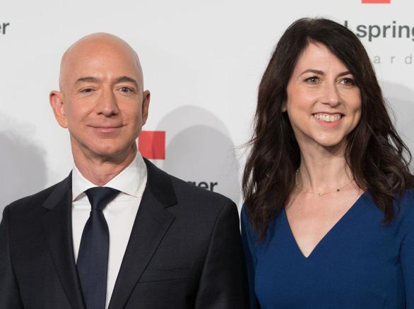 Vợ cũ tỉ phú Bezos giàu nhất thế giới hiến nửa gia tài làm từ thiện - Ảnh 1.
