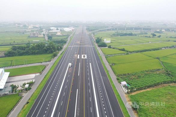 Tiêm kích Đài Loan đáp xuống đường cao tốc trong tập trận chống Trung Quốc - Ảnh 2.