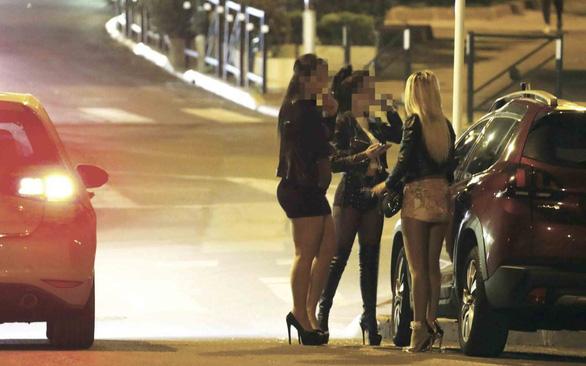 Trao đổi thân xác ở Cannes - Kỳ 1: Gái bao sang nhất thế giới - Ảnh 1.