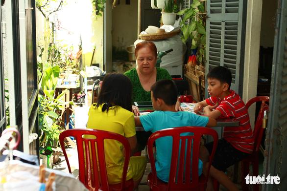 Lớp tiếng Anh miễn phí của cô Hương - Ảnh 1.