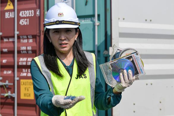 Malaysia coi những kẻ nhập lậu rác thải như bọn phản quốc - Ảnh 1.
