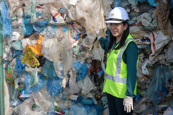 Malaysia coi những kẻ nhập lậu rác thải như bọn phản quốc - Ảnh 3.