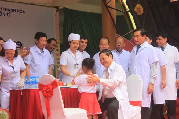 Thứ trưởng Bộ Y tế cho trẻ uống vitamin A hưởng ứng Ngày vi chất dinh dưỡng - Ảnh 1.