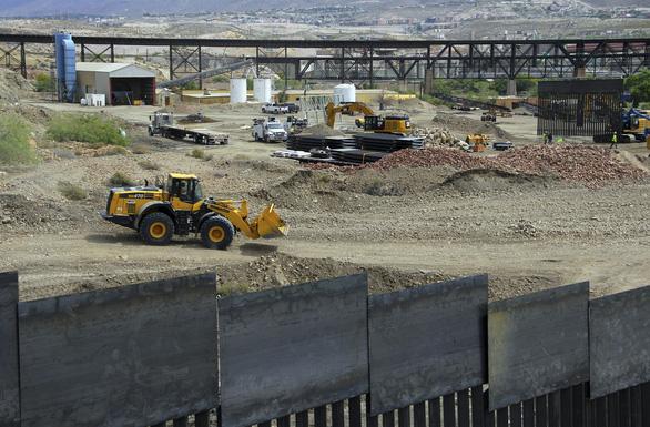 Người ủng hộ ông Trump bỏ tiền túi xây bức tường biên giới với Mexico - Ảnh 1.