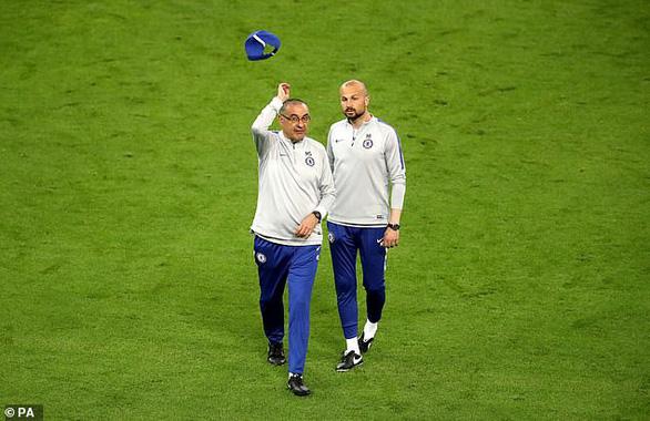 Luiz và Higuain cãi vã, HLV Sarri ném mũ bỏ dỡ buổi tập của Chelsea - Ảnh 2.