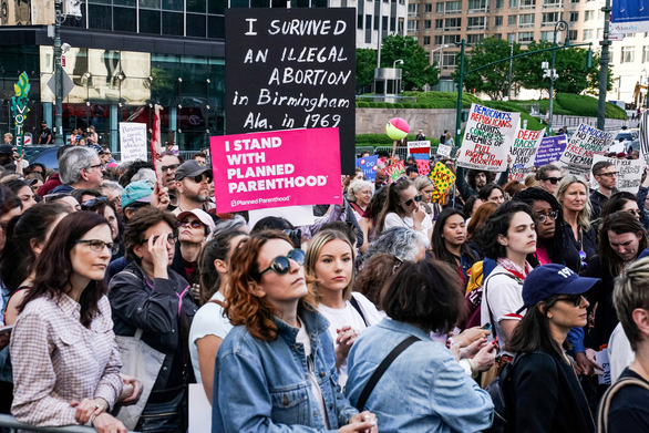 Tòa tối cao Mỹ chặn đạo luật cấm phá thai - Ảnh 1.