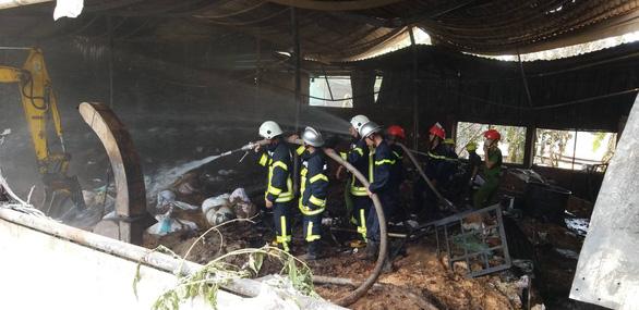 Cháy xưởng nhang ở Đà Nẵng, điều hàng chục xe chuyên dụng chữa cháy - Ảnh 2.