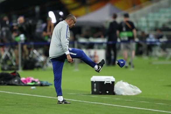 Luiz và Higuain cãi vã, HLV Sarri ném mũ bỏ dỡ buổi tập của Chelsea - Ảnh 3.