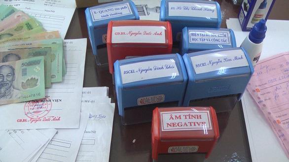 Làm giả giấy khám sức khỏe của bệnh viện bán... sỉ 25.000 đồng/tờ - Ảnh 1.