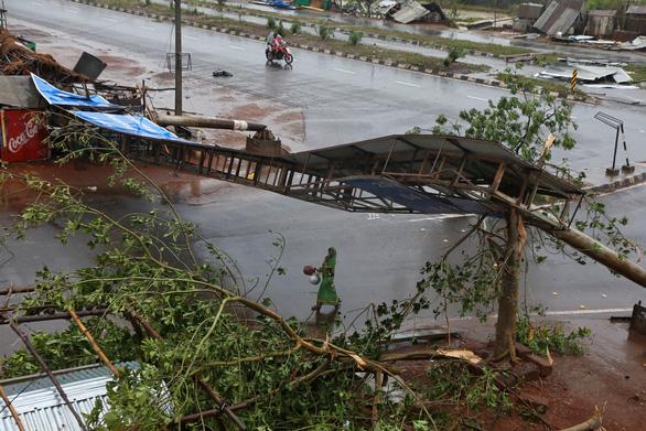 Siêu bão Fani ập vào Ấn Độ, 1 triệu người sơ tán - Ảnh 2.