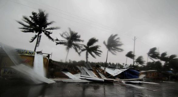 Siêu bão Fani ập vào Ấn Độ, 1 triệu người sơ tán - Ảnh 5.
