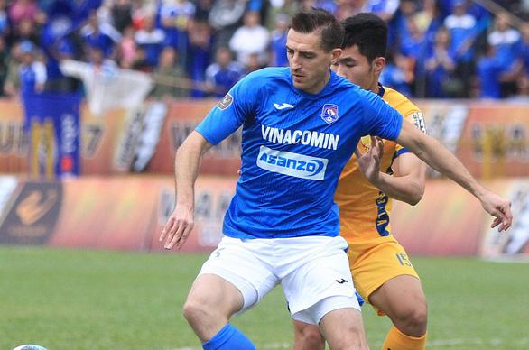 Tăng số ngoại binh ra sân ở V-League: Không tốt cho bóng đá Việt - Ảnh 1.