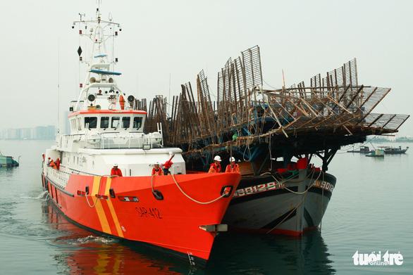 Cứu tàu câu mực cùng 52 ngư dân trôi dạt trên biển Hoàng Sa - Ảnh 2.