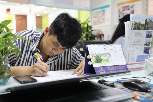 UEF hút thí sinh trong ngày đầu nhận hồ sơ xét tuyển học bạ - Ảnh 5.