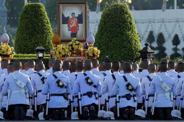 Lễ đăng cơ nhà vua Thái Vajiralongkorn qua những con số - Ảnh 2.